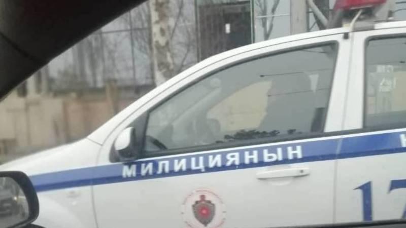Сотрудник УПСМ едет в машине, не пристегнувшись ремнем безопасности. Фото горожанина