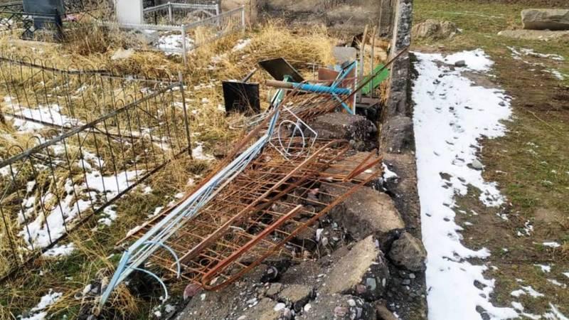 На кладбище в селе Петровка неизвестные сломали ограду. Фото