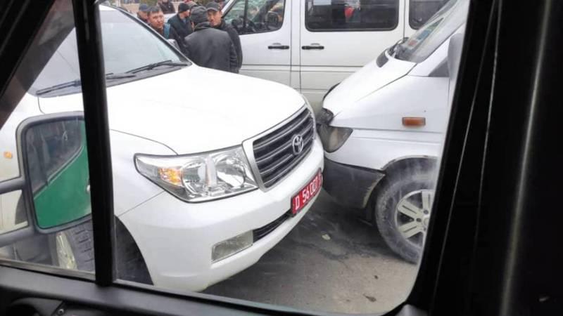 На Киевской столкнулись «крузак» с дипномерами и маршрутка. Фото очевидца