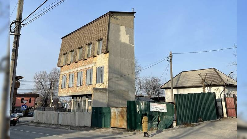 В соцсетях обсуждают странный вид здания в Бишкеке. Фото