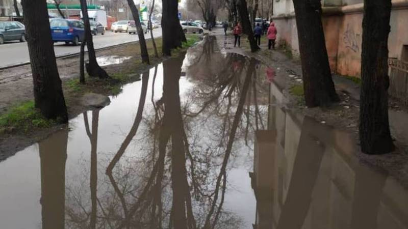 Бишкекчанка жалуется на состояние тротуаров и дорог в столице. Фото