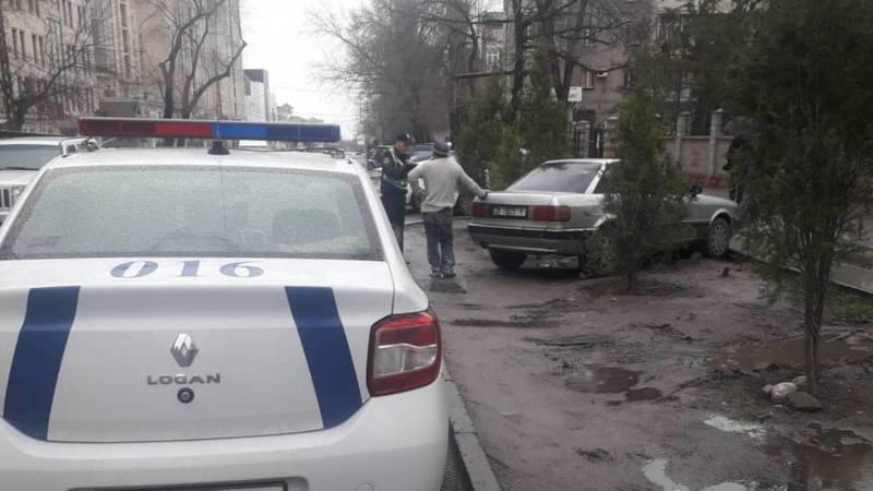 Патрульная милиция оштрафовала водителей, которые припарковались на газоне. Фото
