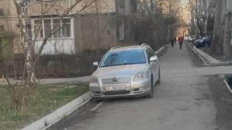 «Тойота», у которой 7 тыс. сомов штрафов в Carcheck, припаркована на тротуаре. Фото