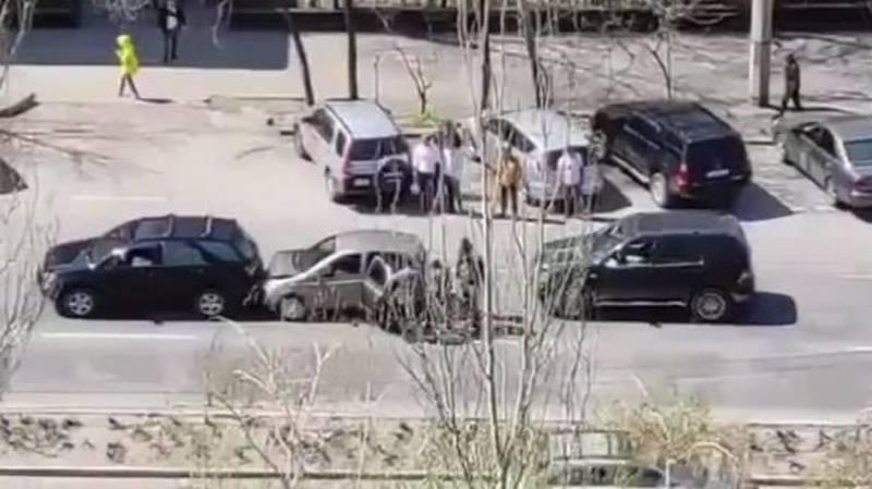 На Правде столкнулись Lexus RX 300, «Тойота» и «Мерседес». Видео с места аварии