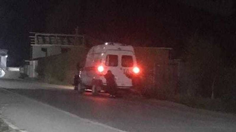 Медики толкают заглохшую машину. Фото очевидца