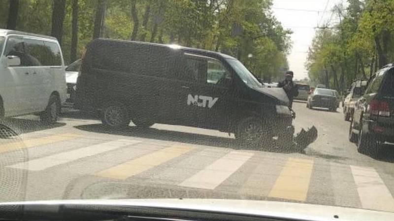ДТП на Манаса с участием машины NewTV. Фото
