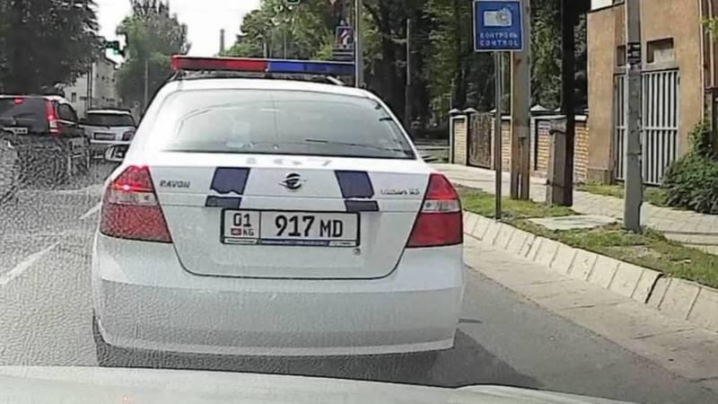 Машина МВД выехала на встречку на Боконбаева. Видео