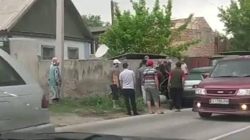 На Баха «Мерседес» залетел под грузовик. Видео с места аварии