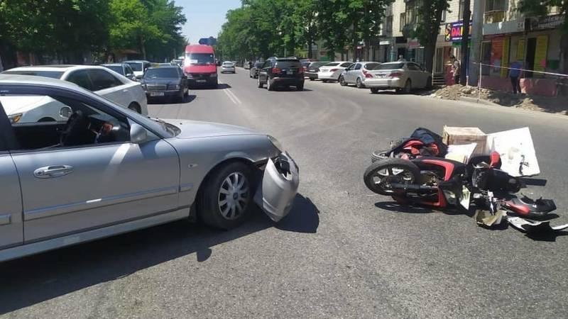 На пересечении Ахунбаева-Руставели столкнулись машина и скутер