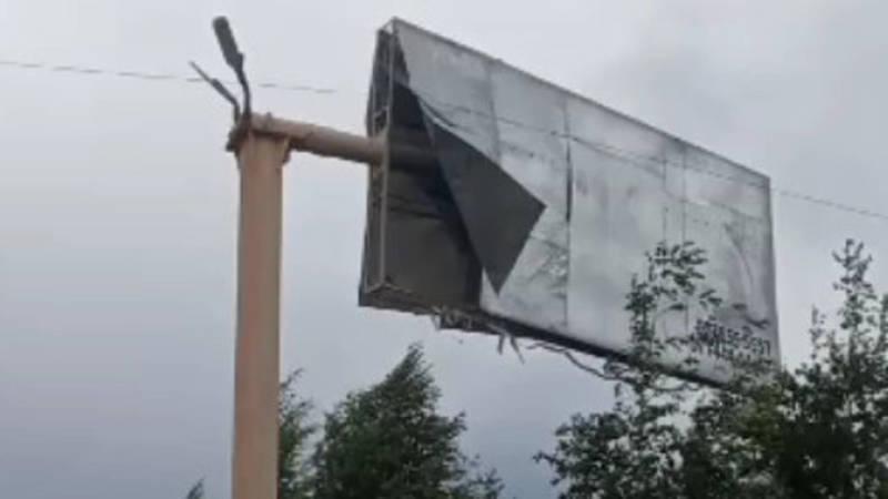 Сильный ветер в Чолпон-Ате срывает жестяное покрытие рекламного щита. Видео