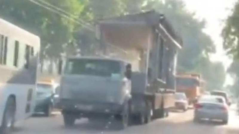 В Бишкеке из-за неправильной транспортировки повредили троллейбусную линию. Видео