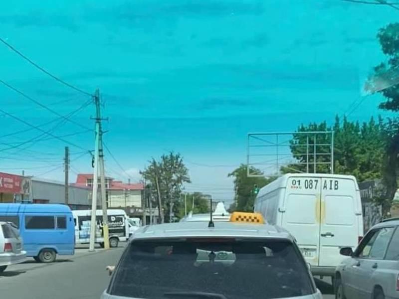 По улице Панфилова огромные пробки из-за вырытой ямы