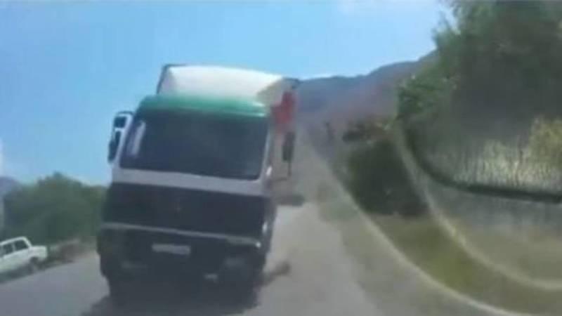 На трассе Ош-Бишкек водитель чудом смог избежать лобового столкновения с грузовиком. Видео