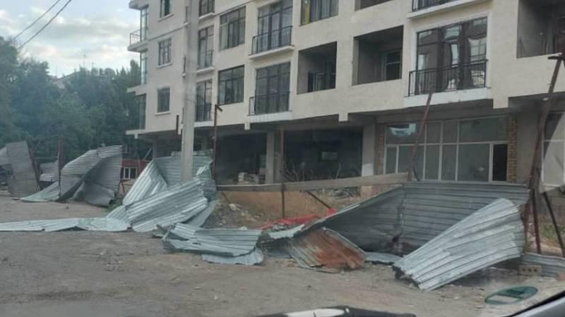 Сильный ветер раскурочил забор строящегося дома, его все еще не восстановили. Фото