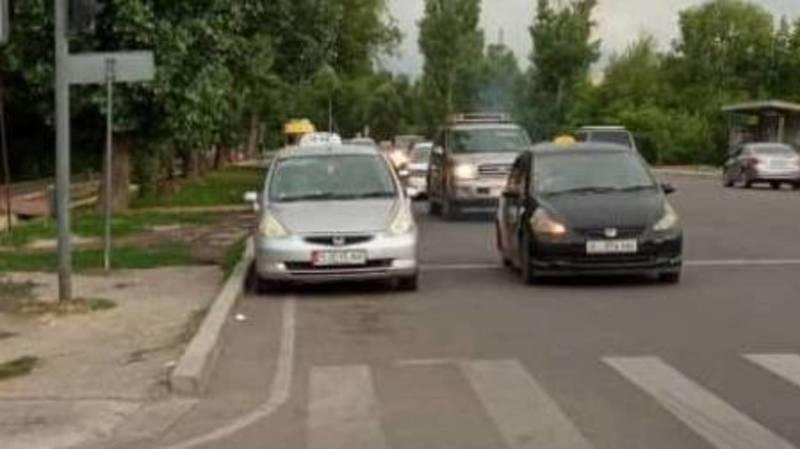 «Фит», у которого 65 тыс. сомов штрафов, припарковался под светофором. Видео и фото