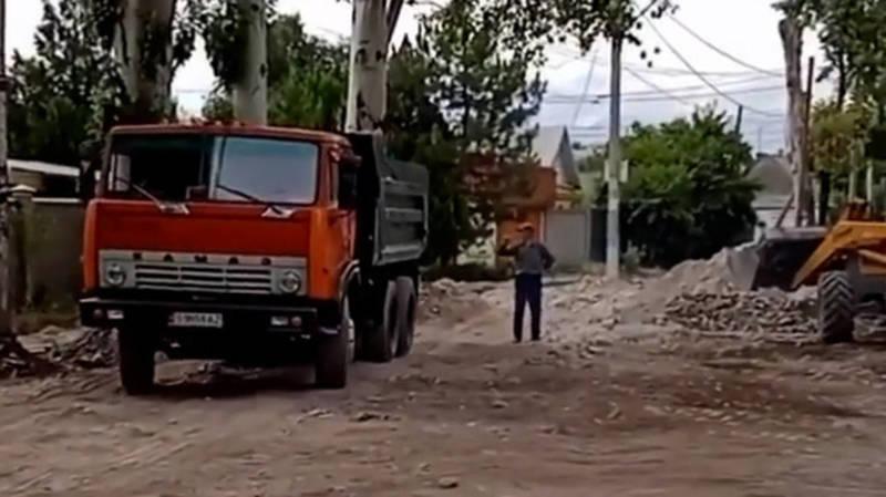 Почему с ул.Эркиндик увозят камни, которые привезли для ремонта дороги? Видео горожанина