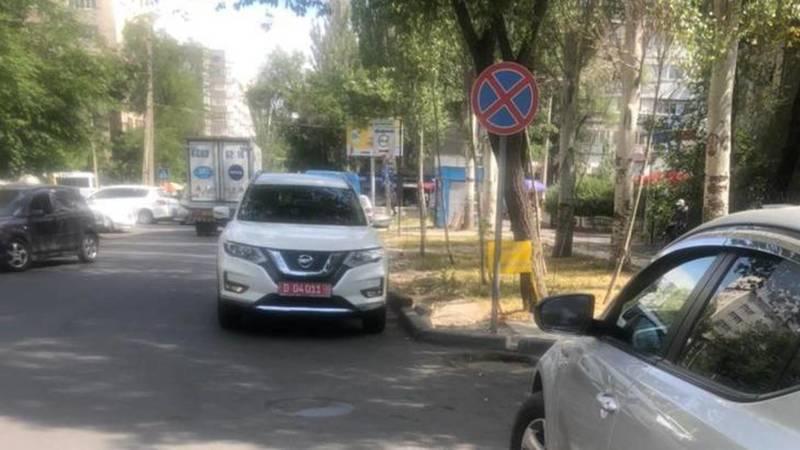 «Ниссан» с дипномерами припаркован под знаком «Остановка запрещена». Фото