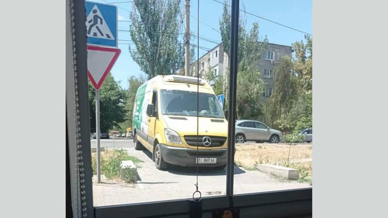 Бус припарковали на тротуаре