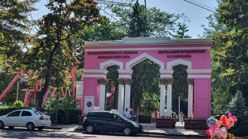 «Покрасили как клуб в колхозе!» Бишкекчанка недовольна тем, как покрашена арка в парке Панфилова