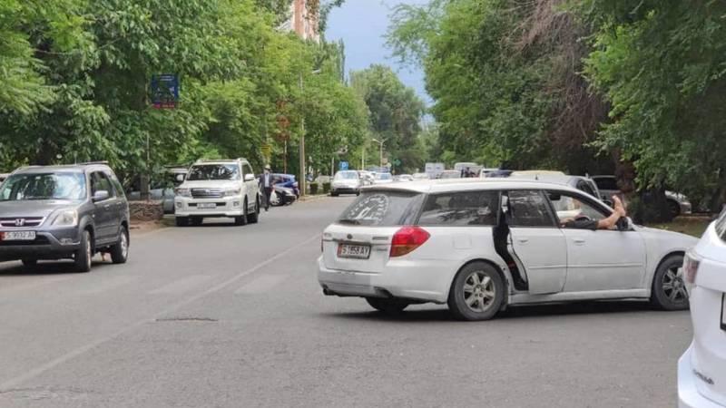 Водитель «Субару» припарковался на зебре и лежит, высунув ноги в окно. Фото