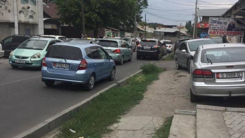 Горожанин жалуется на постоянные пробки на перекрестке Жибек Жолу-Ибраимова