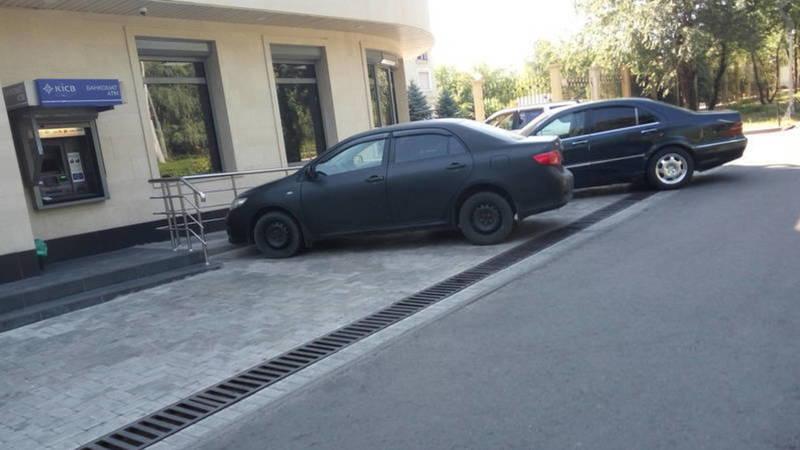 «Горожанину следует обратиться в УПСМ ГУВД Бишкека», - мэрия о парковке у банка на пр.Манаса