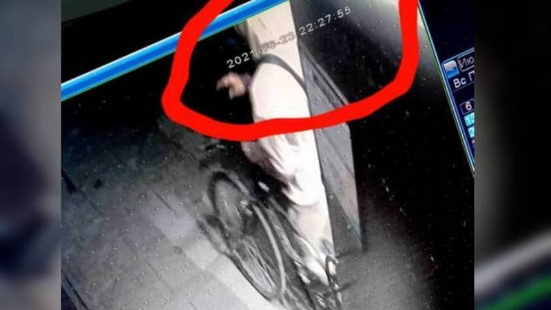 Момент кражи велосипеда в многоэтажном доме попал на видео