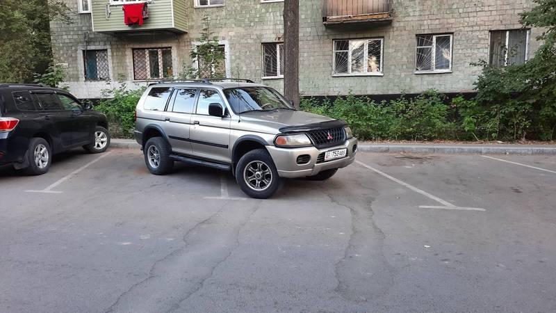 «Митсубиси» каждый день паркуется поперек парковки, - житель