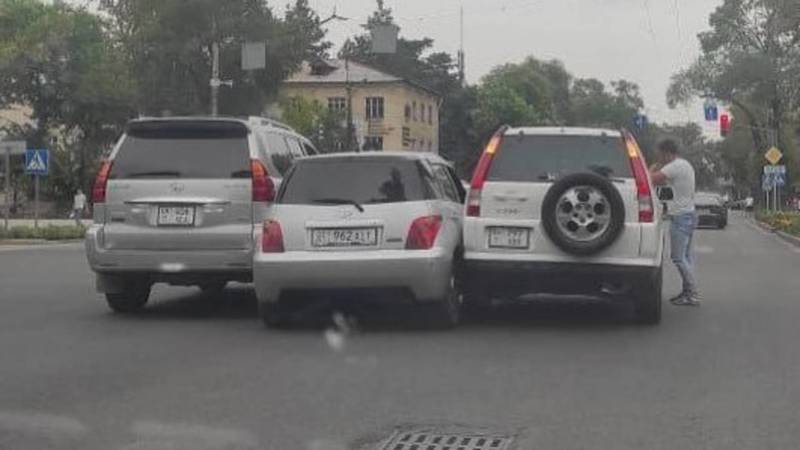 На Московской-Эркиндик два джипа прижали малолитражку, - очевидец (видео, фото)