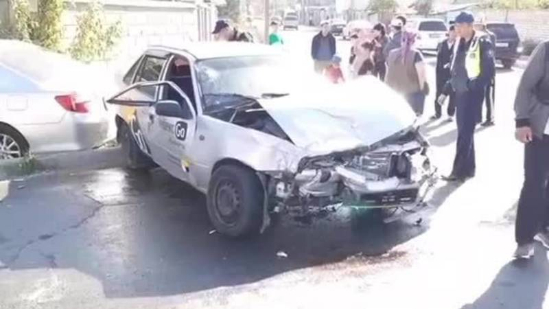 ДТП на Абдраева с участием машины «Яндекс такси», пострадал забор. Видео