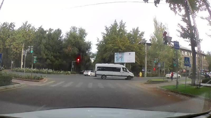 «Спринтер», у которого 67 тыс. сомов штрафов, сдавал назад через перекресток. Видео