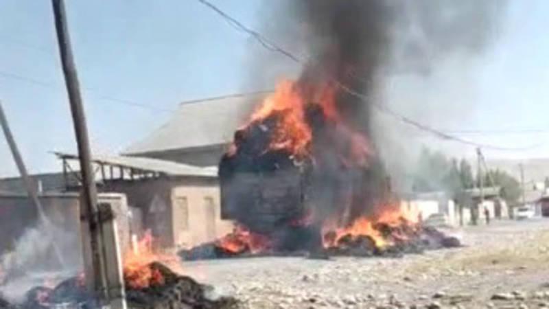 В Сузаке загорелся грузовик с сеном. Видео