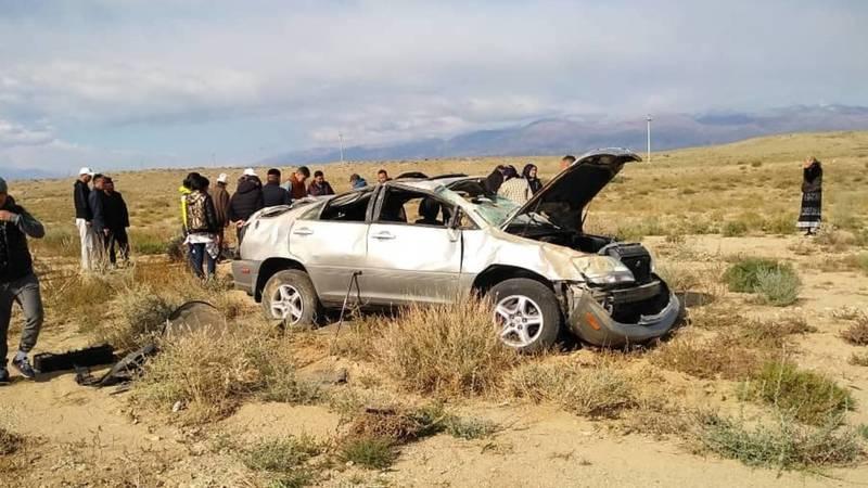На Иссык-Куле Lexus RX 300 слетел с дороги, есть жертвы. Фото