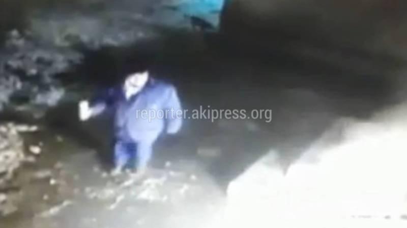 Видео — Мужчина попытался поджечь магазин в новостройке