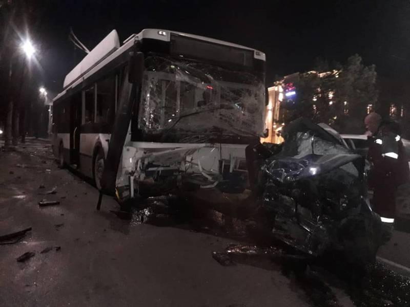 Видео с места ДТП с участием троллейбуса и легковушки
