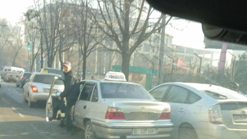 На Абдрахманова-Киевской таксисты паркуются на проезжей части (фото)