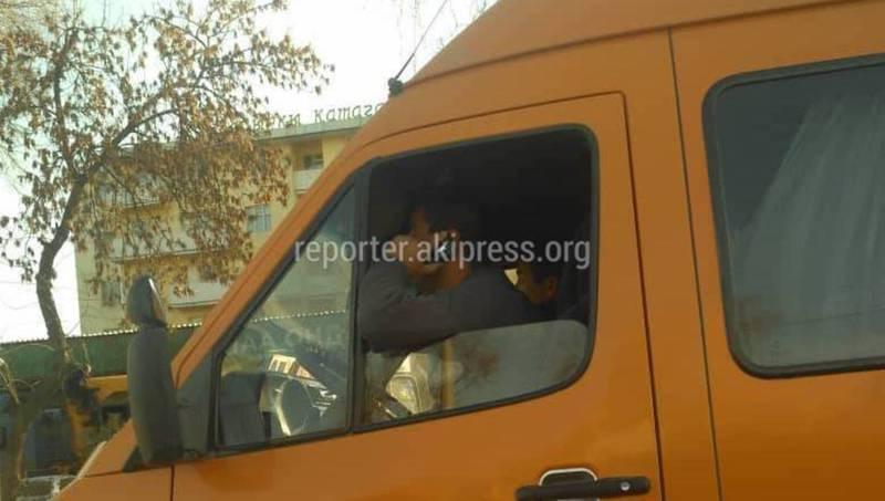 Водитель буса разговаривал по телефону во время вождения (фото)