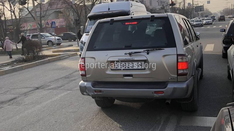 На Жукеева-Пудовкина-Ахунбаева водитель «Ниссана» выехал на встречку и стукнул зеркалом, - читатель (фото)