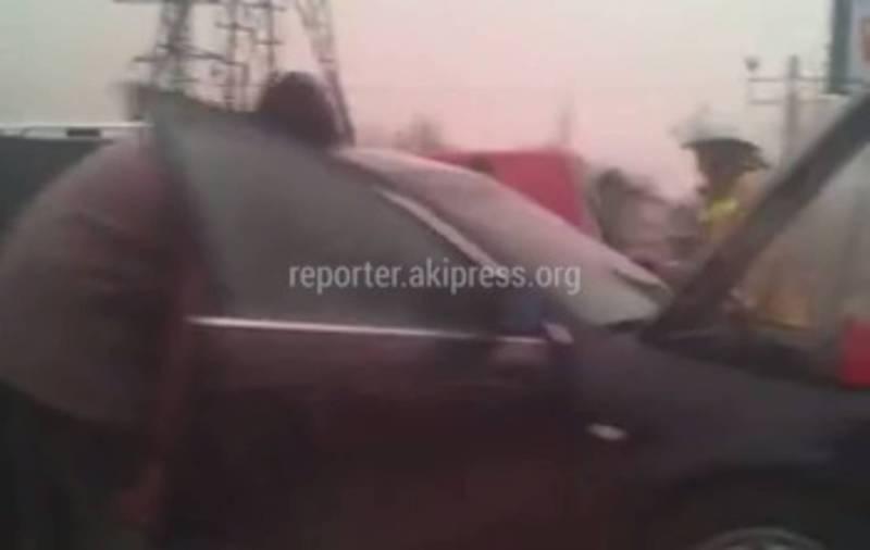 Видео – В Бишкеке на улице Садыгалиева загорелась «Ауди»