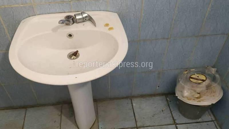 В Свердловском акимиате грязные туалеты, - бишкекчанин (фото)