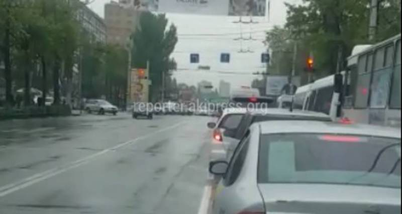 Из-за дорожного знака запрещающий ехать прямо на Абдрахманова - Боконбаев образуется пробка (видео)