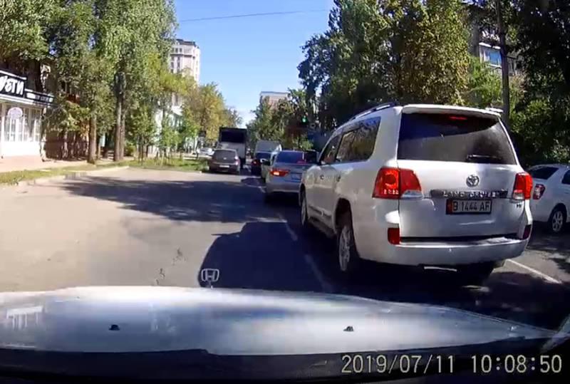 На Боконбаева–Панфилова водитель «Тойоты» проехал на большой скорости возле сотрудников УОБДД (видео)