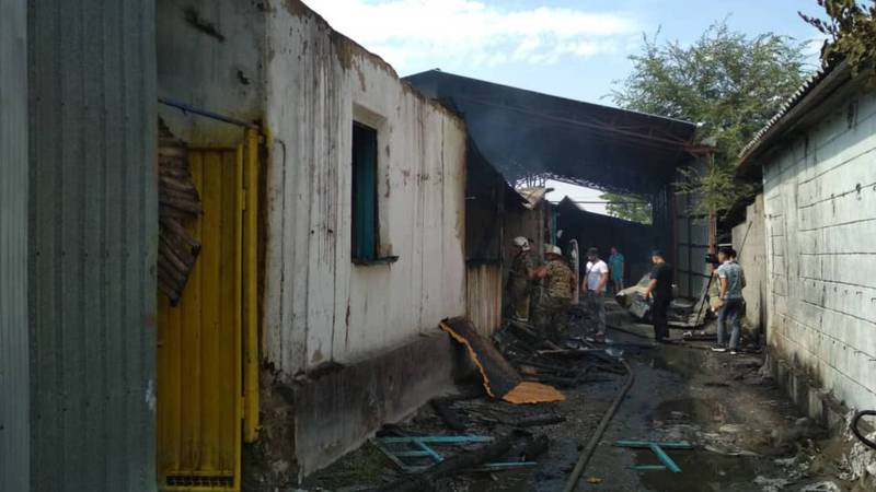Пожар в Лебединовке. Сгорел магазин-склад, торговавший стройматериалами. Фото, видео