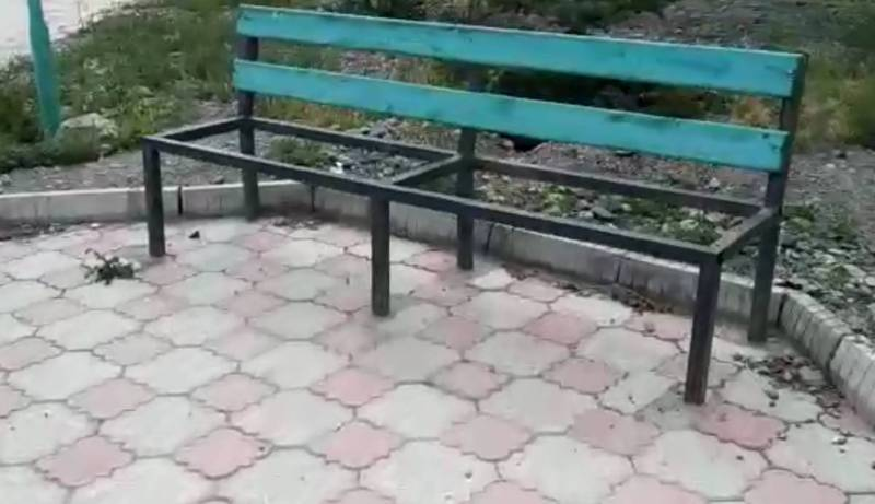 В городе Балыкчы в центральном парке разбросан мусор и сломаны скамейки (видео)