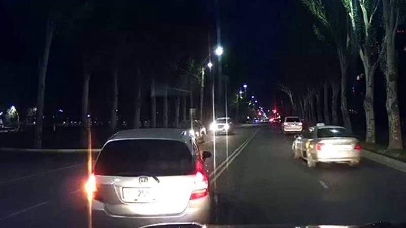 На проспекте Ч.Айтматова водители поворачивают в парк «Ынтымак», нарушая ПДД, - очевидец (видео)