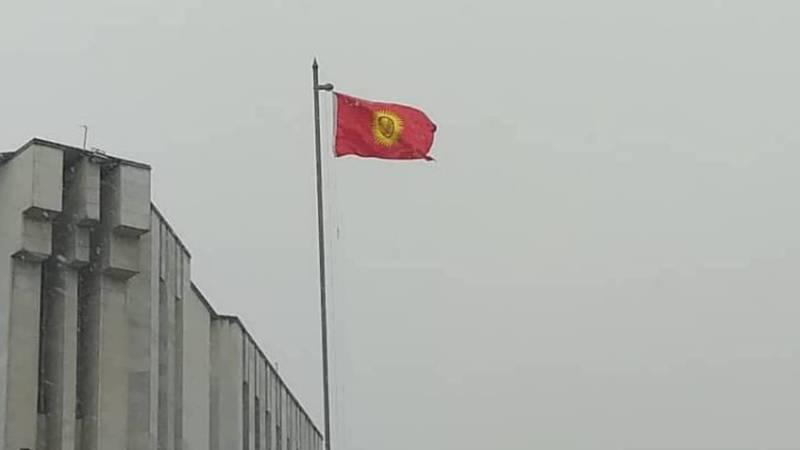 Возле филармонии флаг Кыргызстана висит перевернутым, - горожанин (фото)