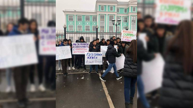 Возле школы «Газпрома» собрались школьники и их родители с требованием вернуть прежнего директора Дикамбаева