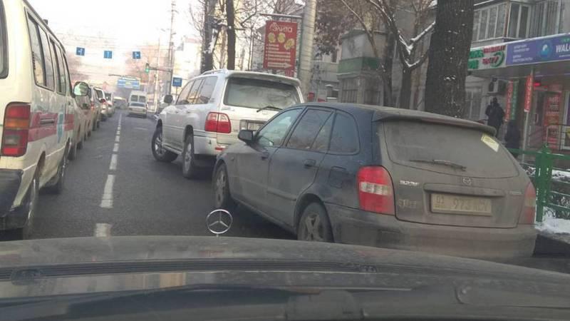 В центре Бишкека водители припарковались на проезжей части дороги. За одной из машин числятся штрафы на 49. тыс сомов