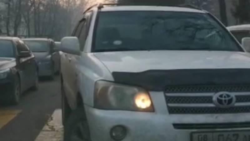 На Абдрахманова-Фрунзе «Тойота» выехала на встречную полосу. Видео