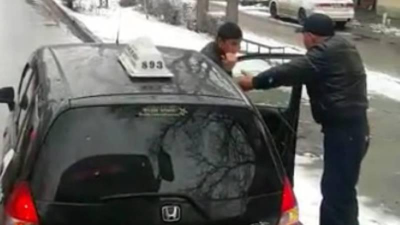 На Московской водитель «Хонды» поставил машину на линию общественного транспорта и не пропускал автобус. Видео